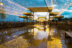 Mokra zwyczajna ulica dekorująca z pięknymi światłami Obraz Stock