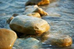 Mokre morze skały, myć fala Obrazy Royalty Free