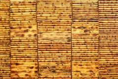 Mokry żółtego brązu bambusowy drewniany ścienny tło Fotografia Royalty Free