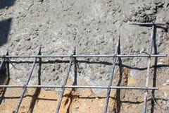 Mokry beton nalewa w drucianą siatkę Fotografia Stock