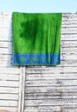 Mokry ręcznik na drewnianym ogrodzeniu przy morzem, Zdjęcie Royalty Free