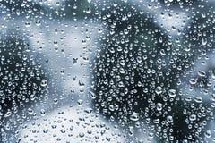 Mokry szkło z kropelkami, zmrok - błękitny fotografii tło Obraz Stock