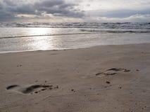 Mokrych piasków bosych druków zatoki wybrzeża burzowa plaża Obrazy Stock