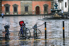 mokrzy bicykle na piazza della santissima Annunziata Obraz Royalty Free