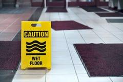 Mokrzy podłoga znaka dywany Obrazy Stock