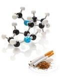 Molécula de la nicotina con el tabaco y los cigarrillos imagen de archivo