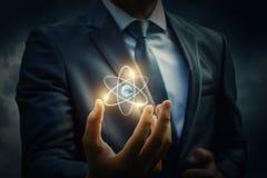 Molécula de um átomo na mão fotografia de stock royalty free