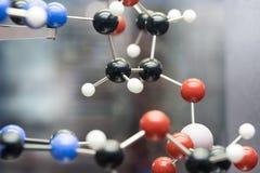 Moléculaire, ADN et atome modelez dans le laboratoire de recherches de la science Photographie stock libre de droits