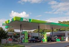 MOL bensinstation med att tanka bilen Royaltyfri Bild