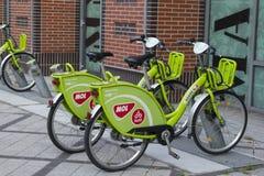 MOL Bubi zielonych rentable bicykli/lów obok Westend centrum miasta w VÃ ¡ ci ulicie, obrazy stock