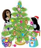 mol en egel die een Kerstmisboom verfraaien Stock Foto's