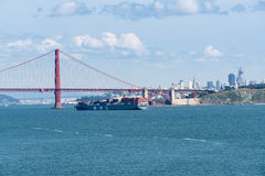 MOL Magnificence Container-schip die San Francisco Bay ingaan onder Golden gate bridge stock fotografie