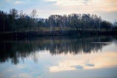Mola adiantada Por do sol e crepúsculo no rio ao lado do conceito da floresta da proteção de natureza, estações Pato de flutuação Imagens de Stock Royalty Free