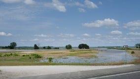 Mola da inundação de Arkansas River de 2019, rio abaixo do Robert S Kerr Lock e a represa, água cobrem campos fotos de stock