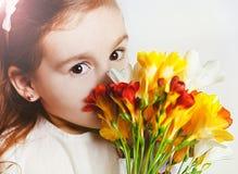 A mola de cheiro da menina bonito do ruivo floresce a frésia Fim acima fotografia de stock royalty free
