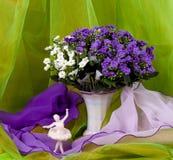 A mola floresce em um vaso e em um ballet-dancer de vidro fotografia de stock royalty free