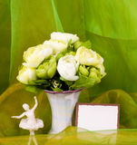 A mola floresce em um vaso e em um ballet-dancer de vidro fotos de stock