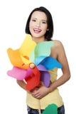 Mola/menina do verão com o brinquedo do moinho de vento da cor Imagens de Stock