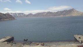 Mola na seashore w tle wody morskiej i góry trutnia krajobrazowy widok zbiory wideo