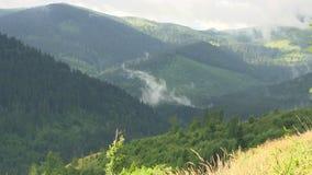 A mola nubla-se montanhas vídeos de arquivo