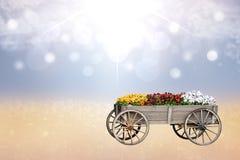 Mola ou composição feliz do cartão Close up do carro ou do vagão de madeira grande velho decorativo com muitas flores coloridas s imagens de stock