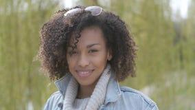 Mola ou retrato exterior do outono ensolarado da jovem mulher bonita da raça misturada filme