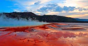 Mola prismático grande sob o cloudscape do por do sol na bacia intermediária do geyser no parque nacional de Yellowstone em Wyomi Imagem de Stock Royalty Free
