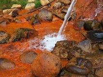 Mola terapêutica com o cume caucasiano de Narzan da água mineral A concentra??o alta de ferro d?-lhe a cor alaranjada oxidada fotografia de stock