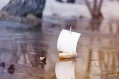 Mola Um barco de madeira com uma vela nada ao longo de uma poça da floresta toning fotos de stock