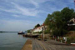 Mola verde no braço de Danúbio imagens de stock royalty free