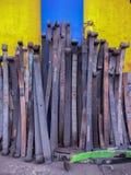 Molas de lâmina contra um wal colorido fotos de stock