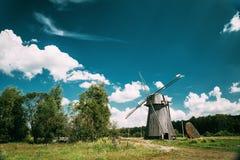 Molcha, Gomel-Gebied, Wit-Rusland Houten Windmolen in Sunny Summer D royalty-vrije stock afbeeldingen