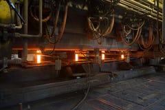 Moldação em um molde para a produção de metal metallurgy foto de stock