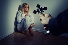 Moldando para fora um demônio de uma mulher com a oração Imagens de Stock Royalty Free
