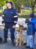 14 10 2016, Moldau, Chisinau: Polizist mit Polizeihund und -chi Lizenzfreie Stockbilder