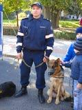 14 10 2016, Moldau, Chisinau: Polizist mit Polizeihund und -chi Lizenzfreie Stockfotografie