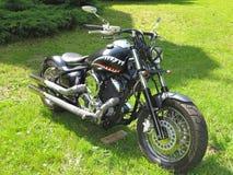 21 05 2016, Moldau, Chisinev Kundenspezifisches schwarzes Zerhackermotorrad b Lizenzfreie Stockfotos