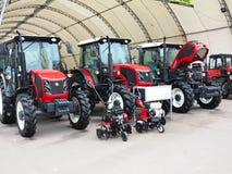 18 03 2017, Moldau, Chisinev : Nouveaux tracteurs à un exhibi du ` s d'agriculteur Image libre de droits