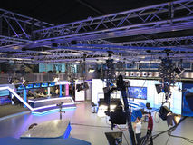 05 04 2015, MOLDAVIË, Publika-het NIEUWSstudio van TV met licht materiaal klaar voor recordindversie Royalty-vrije Stock Foto's