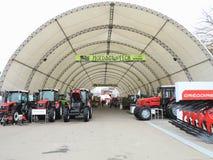 18 03 2017, Moldavia, Chisinev: Nuovi trattori ad un exhibi del ` s dell'agricoltore Fotografie Stock Libere da Diritti