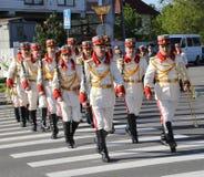 Moldavian soldater i ceremoniell klänning ankommer på den Chisinau minnesmärken Arkivfoton