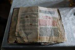 Moldavien Chisinau - 6 april 2018: Närbild av den öppnade gamla ortodoxa boken i romanian språk arkivbild