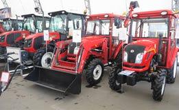 05 03 2016 Moldavien, Chisinau: Nya röda kraftiga traktorer på agr Royaltyfria Bilder