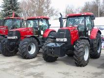 05 03 2016 Moldavien, Chisinau: Nya röda kraftiga traktorer på agr Royaltyfria Foton