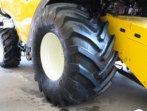 18 03 2017 Moldavien, Chisinev: Slut upp av traktorgummihjulet på farme Royaltyfria Bilder