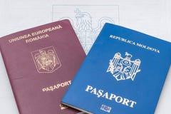 Moldavien och Rumänien utländska pass Royaltyfria Bilder