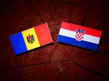 Moldavisk flagga med den kroatiska flaggan på en trädstubbe Royaltyfri Fotografi