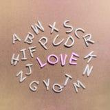 Molde a argila do alfabeto do A-Z com o amor que exprime no centro Imagens de Stock