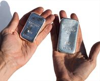 Molde as barras de prata que pesam 1 quilograma e 500 gramas Foto de Stock Royalty Free