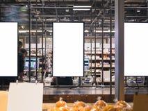 Molde ascendente trocista do quadro do cartaz em povos do borrão do supermercado no cashie fotos de stock royalty free